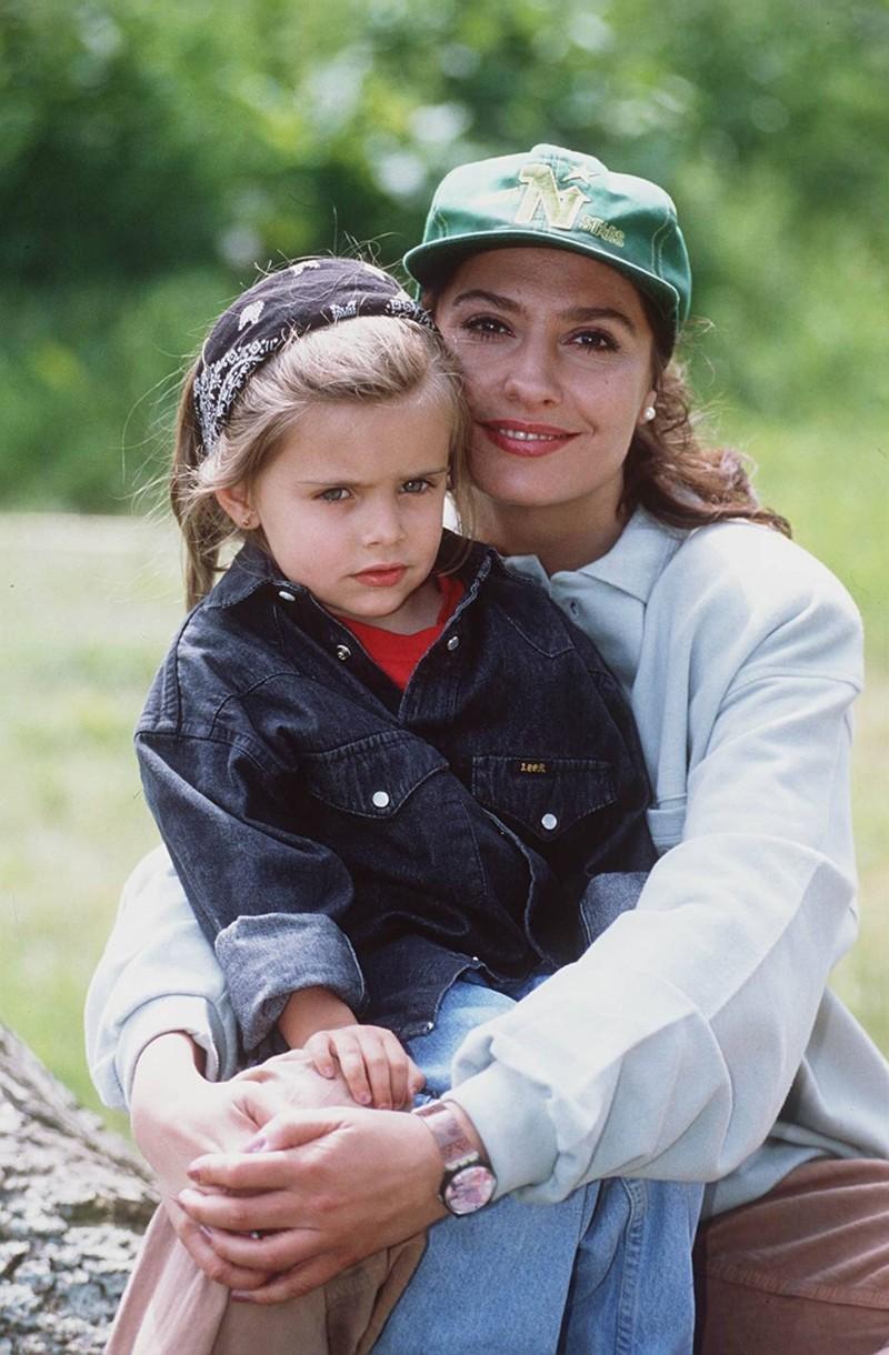 Throwback: Erkennst du die Stars auf den alten Bildern von früher? Sophia Thomalla sitzt auf dem Schoß ihrer Mutter Simone