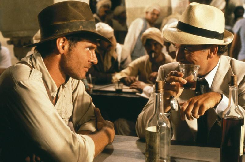 In Indiana Jones läuft jemand im Hintergrund in Jeans und T-Shirt rum, was sehr peinlich ist