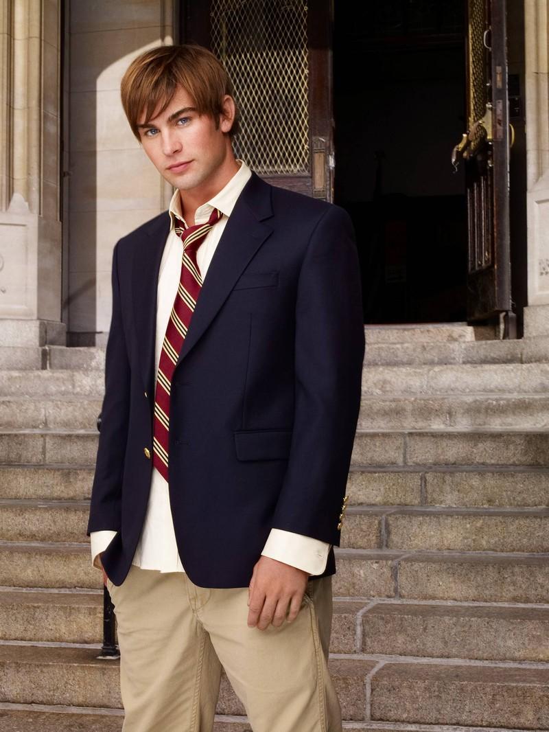 """Nate Archibald in der Serie ,,Gossip Girl"""" steht vor Treppen in seiner Schuluniform: Was macht der Schauspieler Chace Crawford wohl heute?"""