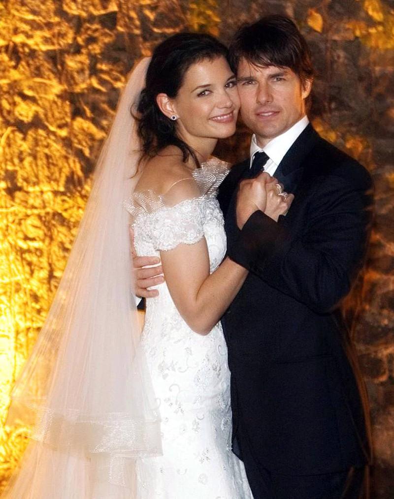 Man sieht Katie Holmes, die Tom Cruise heiratet, der bereits mehrmals verheiratet war und schon öfter vor den Traualtar getreten ist
