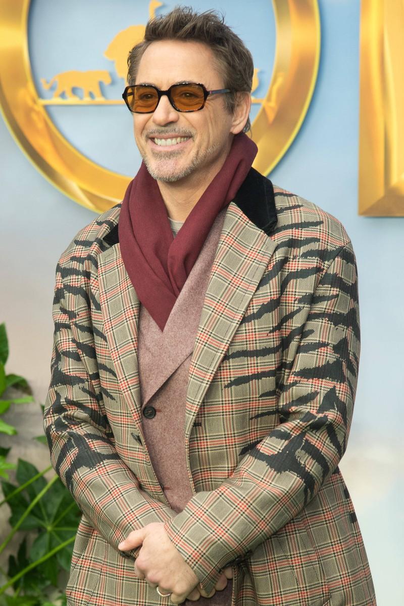 Robert Downey junior ist inzwischen ein weltweit bekannter Schauspieler und sieht ganz anders aus, als zu seiner Anfangszeit.
