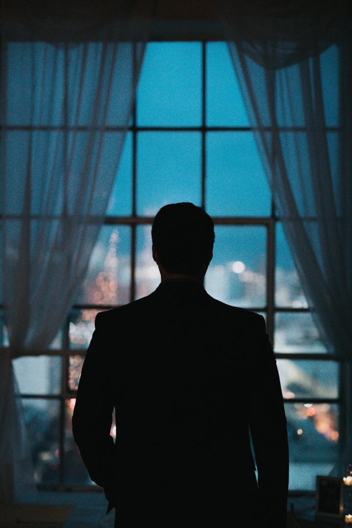 Ein Mann steht mit dem Rücken zur Kamera