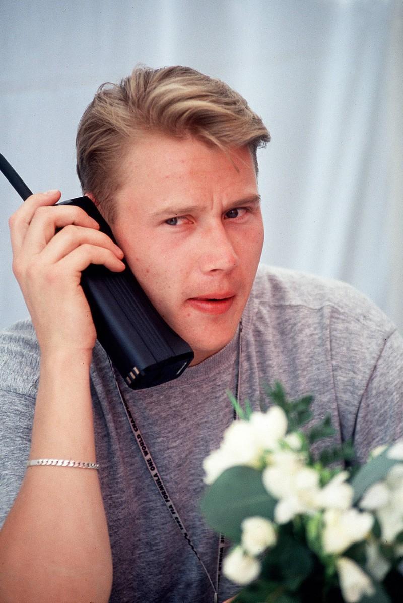 Ein Bild von einem Mann mit dem Handy aus den 90ern