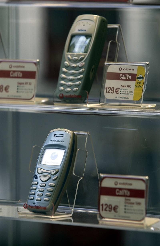 Im Schaufenster, in dem  Handys der späten 90er liegen