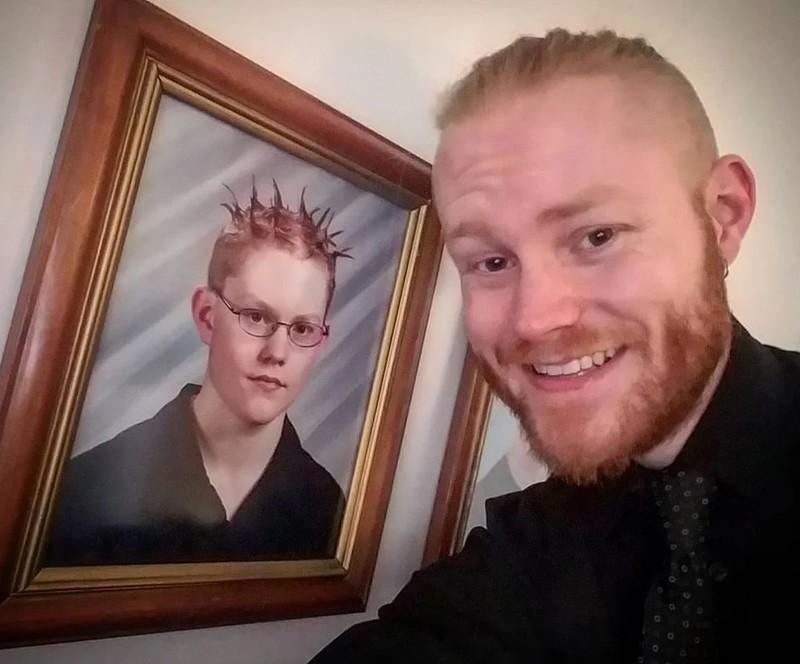 Ein Mann, der sich ein Jugendfoto ansieht, auf dem er einen Stachel-Schnitt trägt
