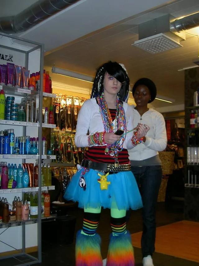 Ein Teenager, der ein total komisches Outfit mit vielen Accessoires trägt
