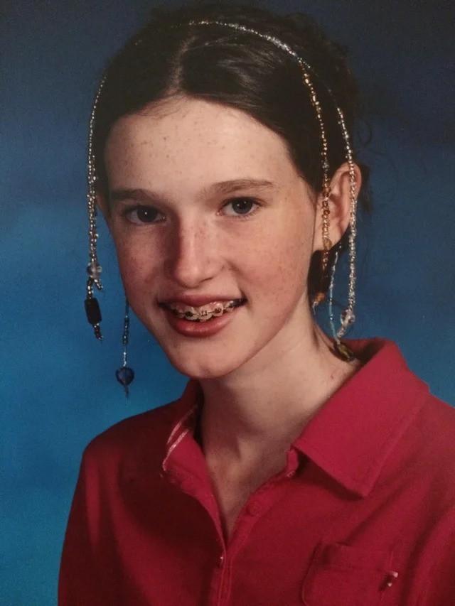Eine Jugendliche, die sich für den Fototermin schick machen wollte und Haarbänder benutzte
