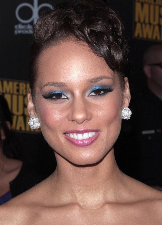 Blauer Lidschatten gehörte zu den peinlichsten Beauty-Trends der 2000er