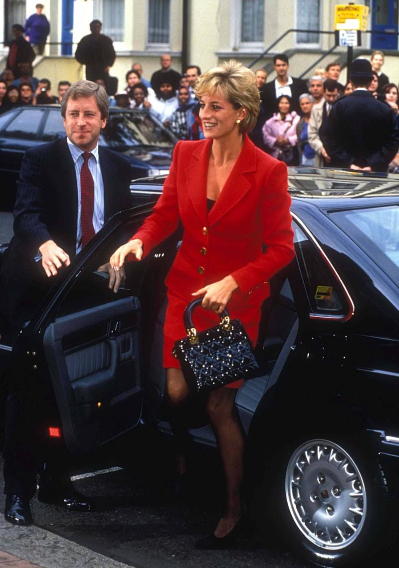 Um möglichst galant aus einem Auto steigen zu können, benutzte Prinzessin Diana angeblich den Trick mit der Handtasche.