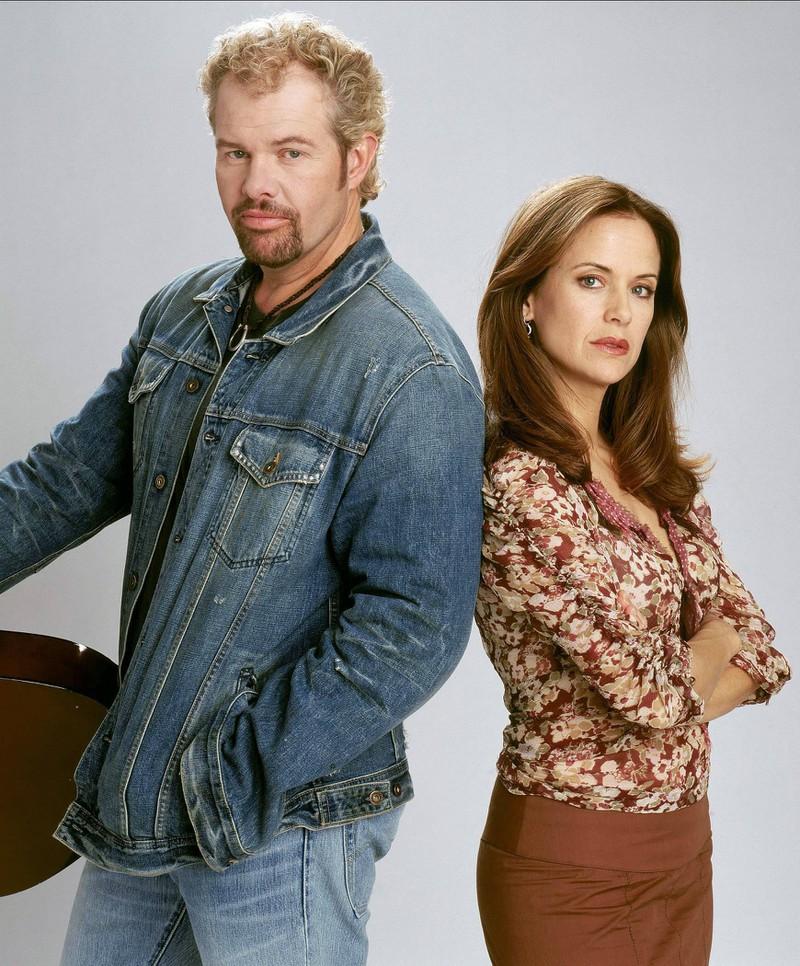 """Ein Bild von Toby Keith und Kelly Preston als sie Schauspielerin war und die Hauptrolle in """"Broken Bridges"""" hatte"""