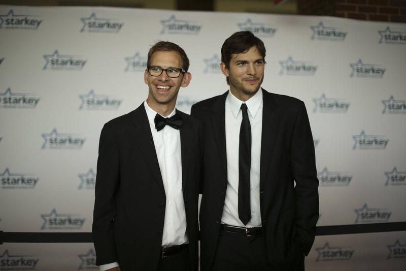 Der Schauspieler Ashton Kutcher hat einen Zwillingsbruder namens Michael