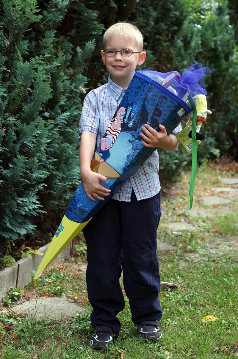 Der Junge geht zur Grundschule und wurde gerade eingeschult.