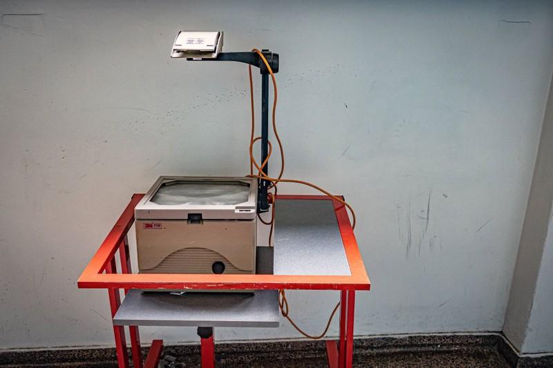 Es handelt sich um einen OH-Projektor, aber das wissen Grundschüler aus den 90ern sicherlich auch noch allzu gut.