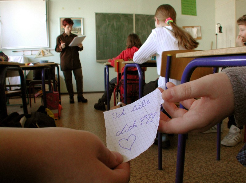 Grundschüler aus den 90ern erinnern sich an die Zettel, die im Unterricht weitergereicht worden sind.