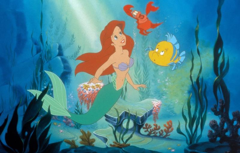 Arielle hat einen Fisch und einen Krebs als Begleiter