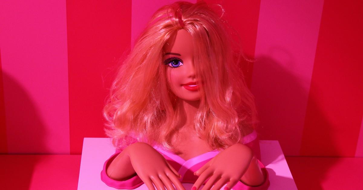 10 verstörende Dinge, die wir früher unseren Barbies angetan haben