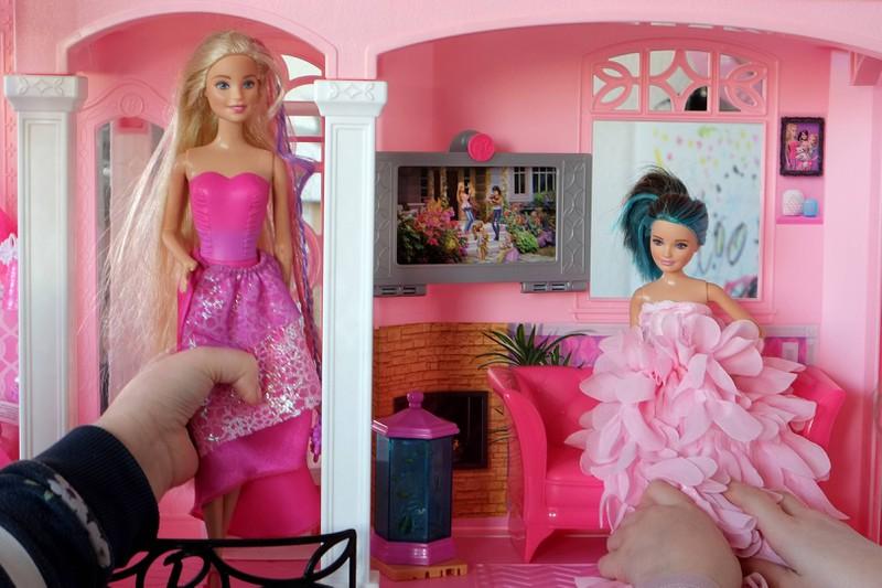 Der Barbie Puppen haben wir auch verstörende Make-ups verpasst