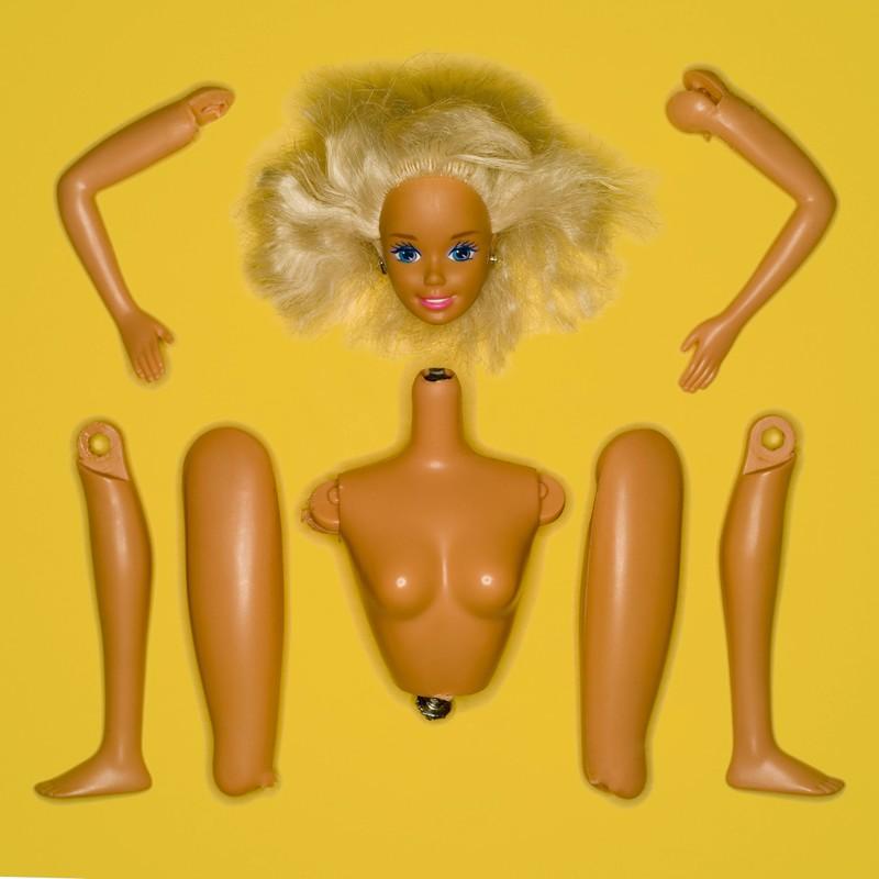 Es war ebenfalls verstörend, die Barbie auseinander zu nehmen