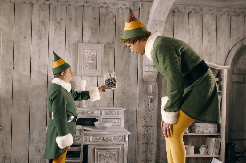 Der Weihnachtself erfährt, wer sein leiblicher Papa ist.