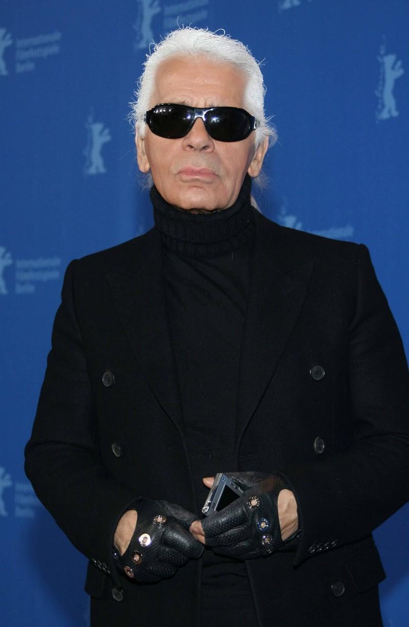 Karl Lagerfeld, der stets die Sonnenbrille trug