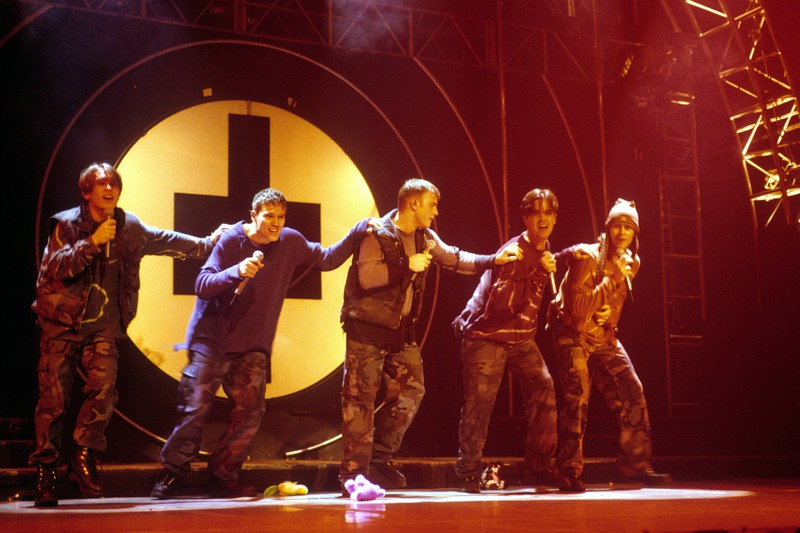 Robbie Williams, Mark Owen, Jason Orange, Gary Barlow und Howard Donald auf der Bühne