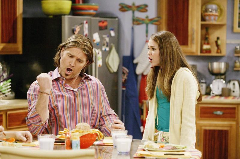 """Die Serie erzählt die Geschichte von Miley Ray Stewart, die als Sängerin ,,Hannah Montana"""" erfolgreich ist und gleichzeitig ein normales Schulleben hat."""